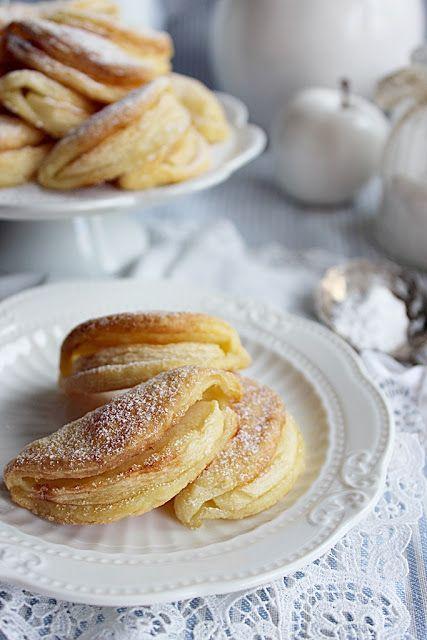 Almamosoly..., ezt a nevet is el tudnám képzelni ennek a sütinek, de végül is nem az... Formája tényleg olyan, mint egy mosolygó száj, ezért illene hozzá. Könnyed linzer tészta egy szelet almával. Kel