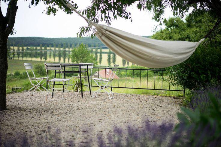Ház a következő városban: Pécsely, Magyarország. A romantikus, provence-i hangulatú ház a Balaton-felvidéki Nemzeti Park területén, a Pécselyi-medencében található. A nyugodt, csendes környezetben elhelyezkedő hétvégi ház mentes a város zajától, igazi kikapcsolódást nyújt a pihenésre vágyóknak. ...