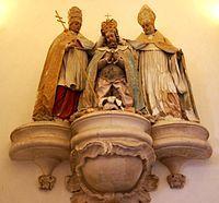 Escultura alegórica do Papa Alexandre III e de S. Bernardo de Claraval coroando D. Afonso Henriques, no Mosteiro de Alcobaça.