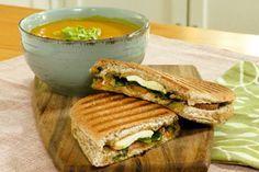 Crema de ayote y zanahoria con panini de queso Turrialba y pesto