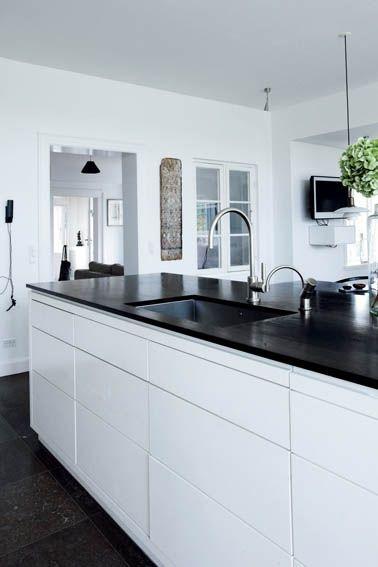 Pernille Palmqvist har sans for stilsikker indretning i nedtonet luksus med særlige kuriositeter. Det ses både, når hun indretter i familiens private hjem i Nordsjælland, og på Herregården Broløkke på Langeland, som hun ejer sammen med sin mand.