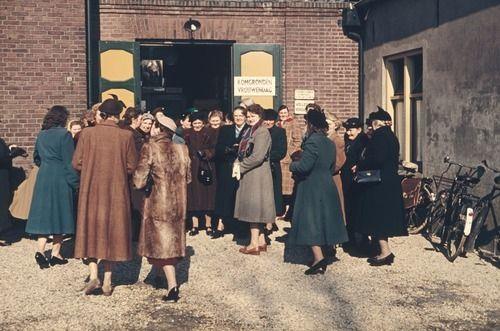 2399 Komgronden, 1955 Beschrijving: Komgrondenvrouwendag in het Nutsgebouw in Geldermalsen. Gedrang voor de deur. 1-3-1955 Auteursrechthebbende: Gelders Archief