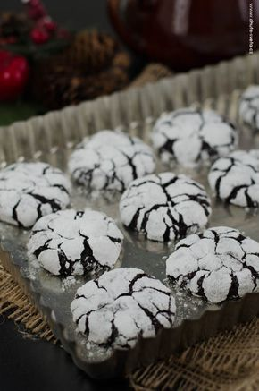 Je to už pár let, co jsem poprvé dělala čokoládové crinkles a od té doby si Vánoce bez nich neumím vůbec představit. Možná to není to úplně klasické vánoční cukroví, (ale co vlastně je?) ale k našim Vánocům prostě patří. Zavřete oči a představte si: intenzivně