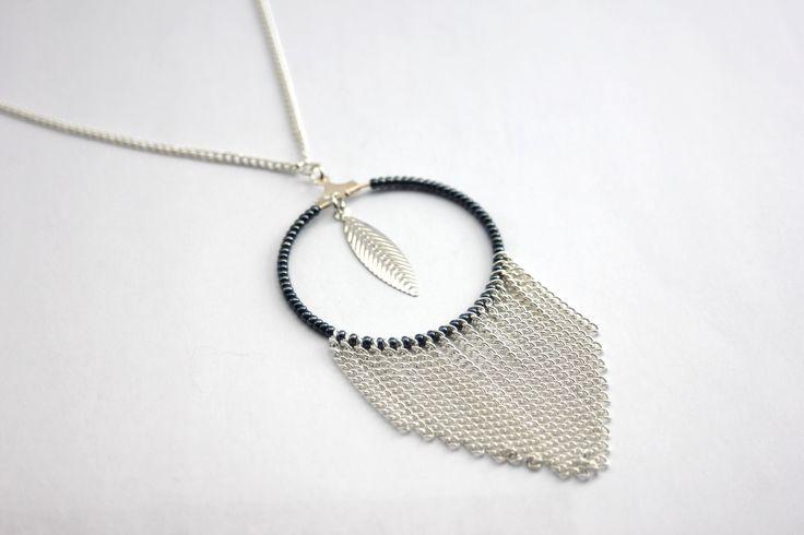 Collier sautoir à franges hippie chic en métal argenté, breloque plume et perles de rocailles noir hématite : Collier par emmafashionstyle