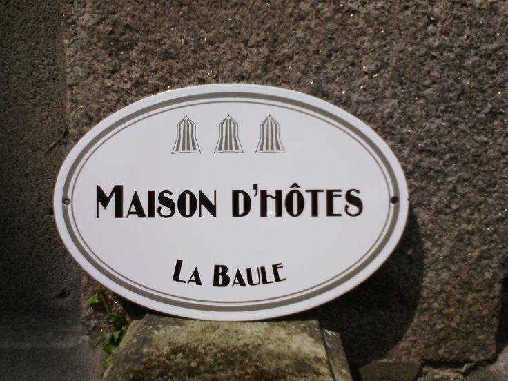 Plaque en acier émaillé ovale avec cabines de plage pour indiquer une maison d'hôtes à la Baule.