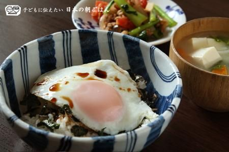 目玉焼き丼、トマトと小松菜の炒めもの、具だくさん味噌汁で朝ごはん