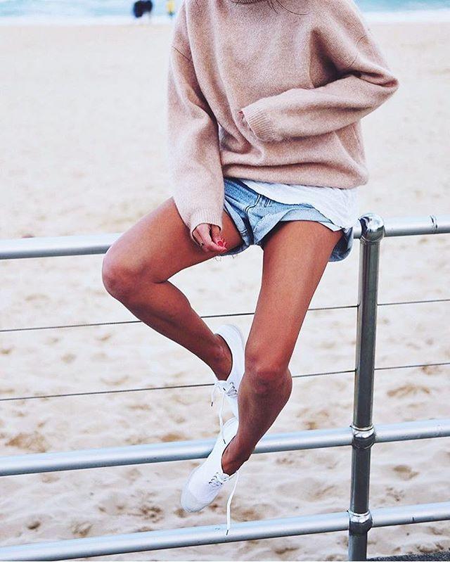 bondi beach babe 🌞 @andicsinger #denim #jeanshorts #acne #cozy #sweater #blush #acne #denimshorts #beach #ocean