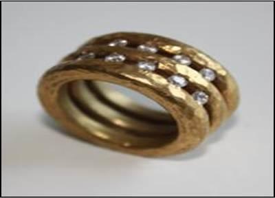 Anillo de oro de tres vueltas unidas entre ellas, con un acabado martelé. Puede llevar incrustadas circonitas de colores (a escoger). Precio a consultar.