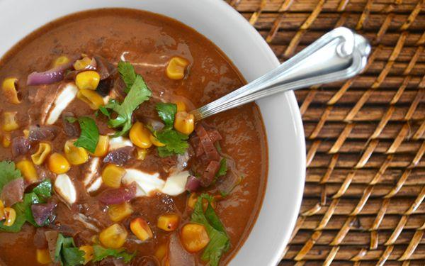Soupe aux haricots noirs, tomates séchées et salsa de maïs