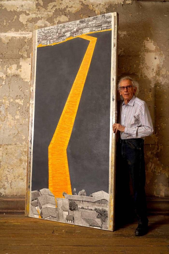 Christo nel suo studio di New York mostra uno dei lavori preparatori di The Floating Piers, l'installazione che reinterpreterà per circa due settimane il Lago d'Iseo nell'estate 2016 #thefloatingpiers #Christo