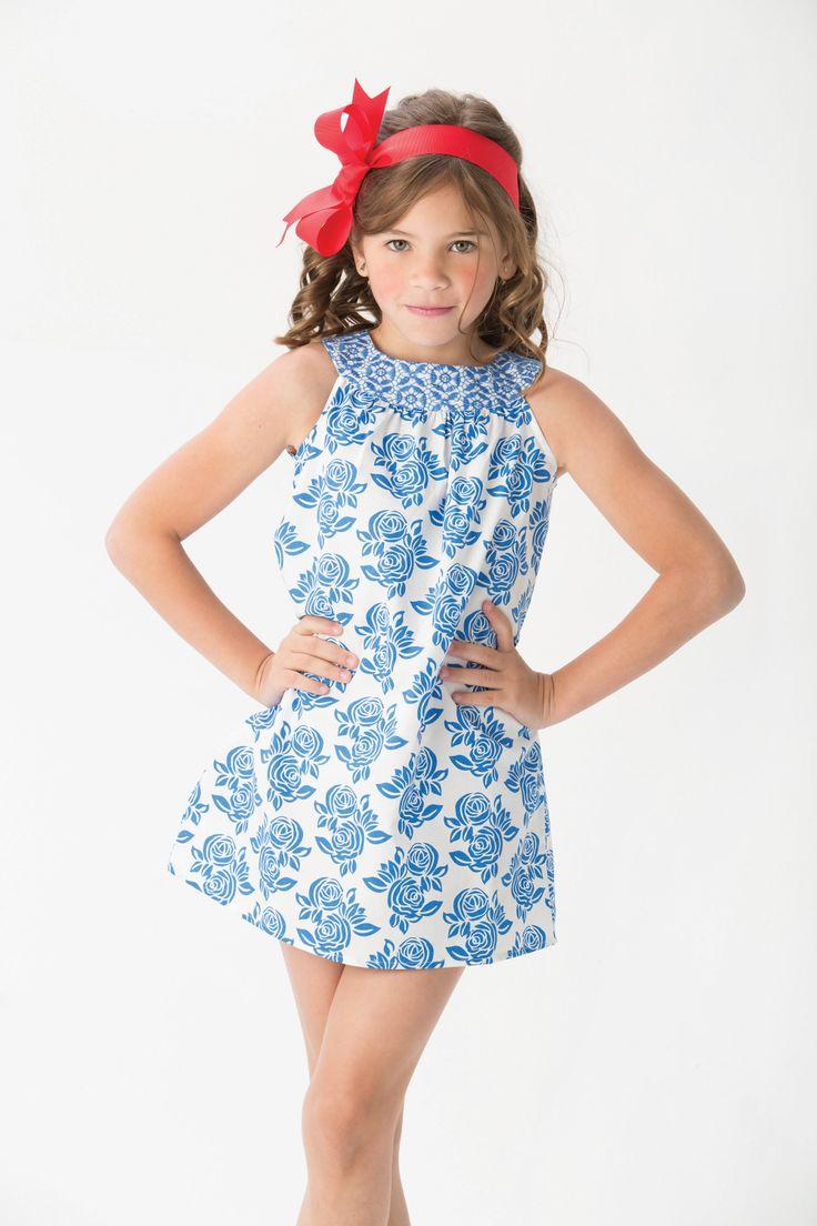 El recomendado del día para las niñas es este vestido silueta campana en tonos blanco y azul, ideal para combinar con accesorios rojos.