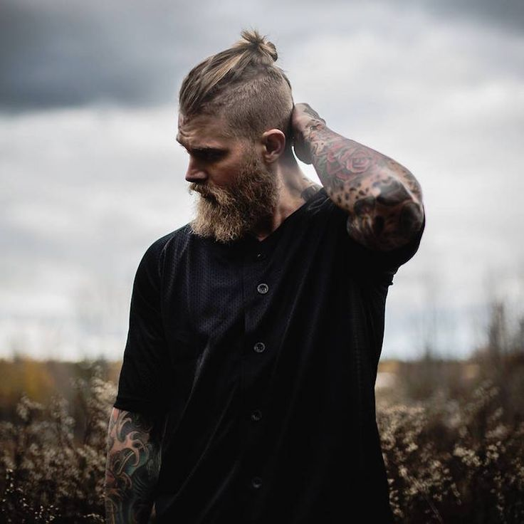coupe-hipster-homme-undercut-man-bun-barbe-hipster-longue
