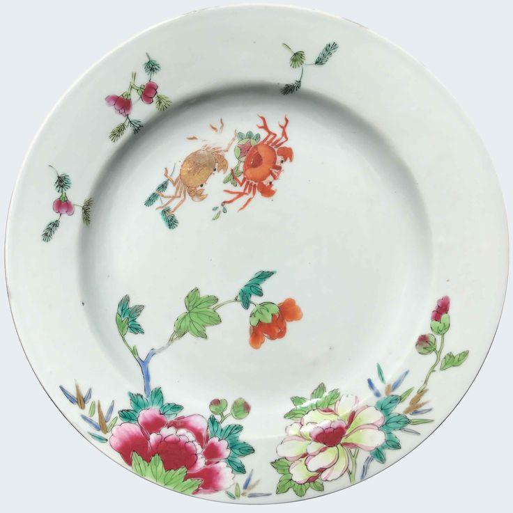 Assiette à décor de crabes peinte dans les émaux de la famille rose en porcelaine de Chine d'époque Qianlong Peinte dans les émaux de la famille rose, à décor de crabes parmi des pivoines. Compagnie des Indes.