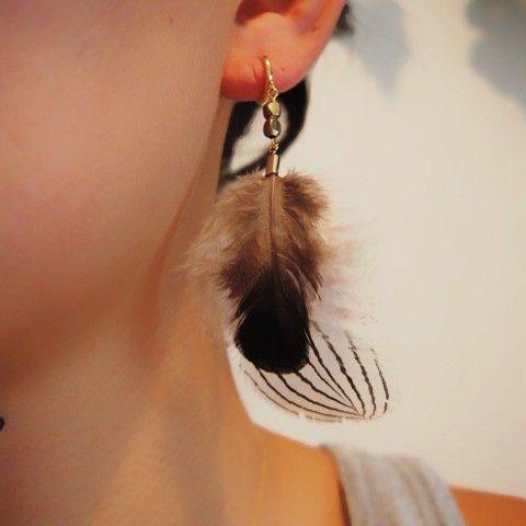 きじストライプ羽根とキンケイ小羽根を重ねたイヤリングです耳元に近い部分はフワフワ感下にいくにしたがって柄がしっかり見えてきます羽を使用しておりますので非常に軽...|ハンドメイド、手作り、手仕事品の通販・販売・購入ならCreema。