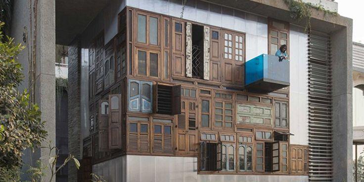 Architekti použili staré dvere aby vytvorili jedinečnú fasádu