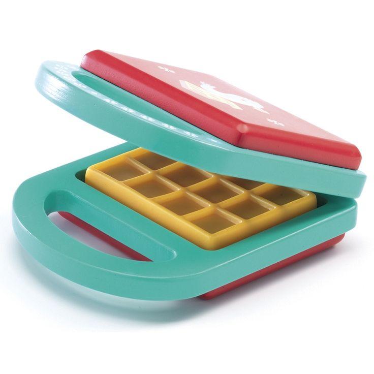 Fa goffrisütő -my waffle iron (Djeco)  Ma a kedvenc finomságomat fogom elkészíteni a babáimnak a kiskonyhában. Ez pedig a goffri! Nyami, készítek porcukrosat és nutellásat is.  Tündéri, gyönyörűen kivitelezett játék a Djeco-tól. Kiválóan illik szerepjátékokhoz, főzőcskés, konyhai játékok kiegészítéseként.