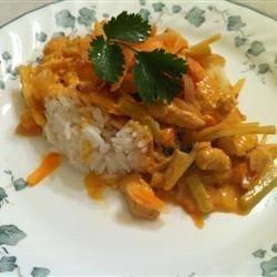 Tajskie czerwone curry  2 łyżeczki oliwy z oliwek 450 g piersi z kurczaka, pokrojonej w paseczki 1 łyżka czerwonej tajskiej pasty curry 1 mała cukinia, przekrojona wzdłuż na pół i w półplasterki 1 czerwona papryka, pokrojona w paski 1 średnia marchewka, pokrojona w plasterki 1 czerwona cebula, przekrojona na ćwiartki, a następnie w cienkie plasterki 400 g mleczka kokosowego light 1 łyżka skrobi (lub mąki) kukurydzianej 2 posiekanej świeżej kolendry