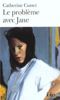 Cusset, Catherine - Le Probleme Avec Jane « Jane ne recevait jamais de paquet chez elle. Elle le prit. Solide, rectangulaire et plutôt lourd : sans doute un livre. Elle se battit contre l'enveloppe rembourrée, agrafée et collée. Elle en sortit une chemise en carton jaune. Une disquette tomba sur le sol carrelé avec un bruit sec. La chemise contenait un manuscrit en feuilles détachées. Sur la première page, elle lut : LE PROBLÈME AVEC JANE...