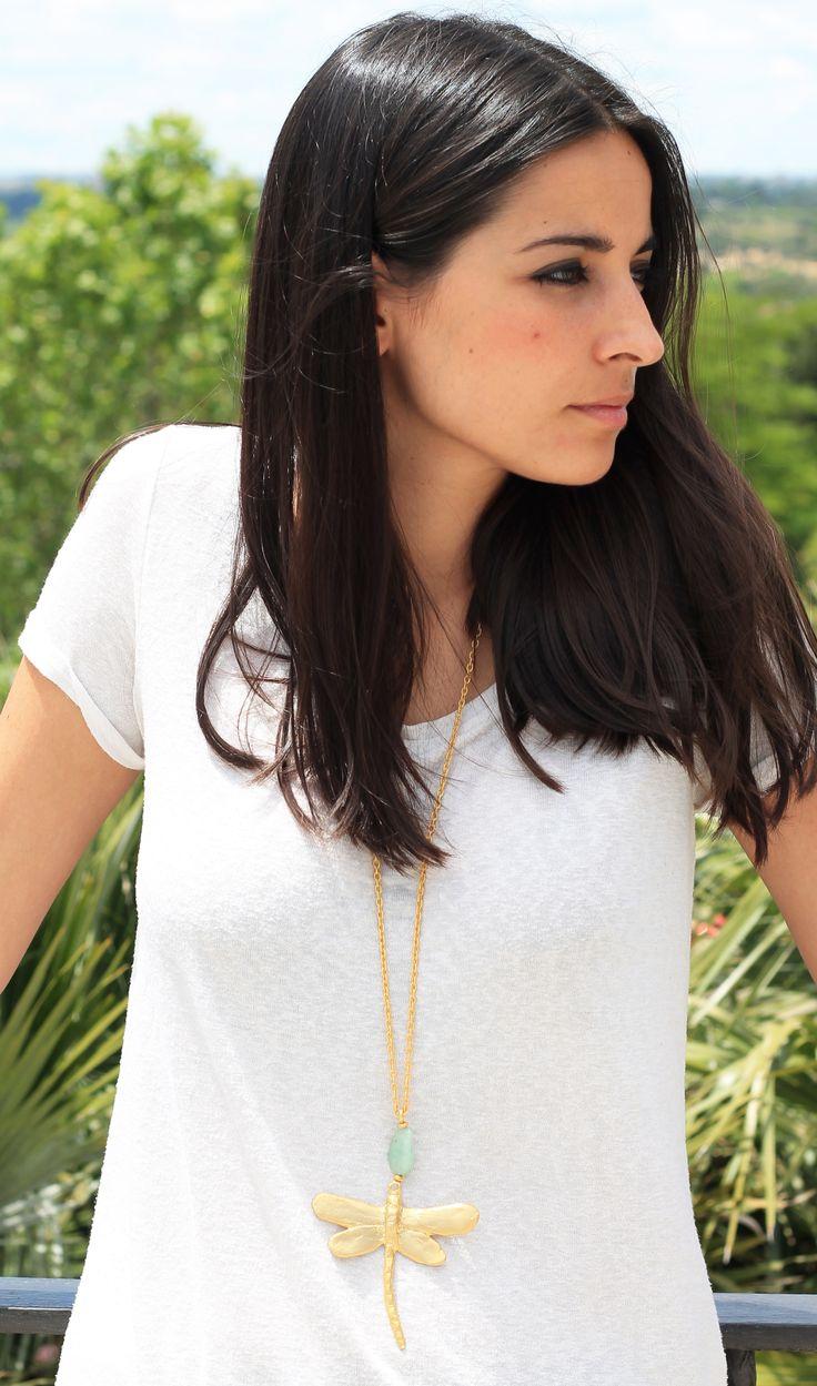 Precioso colgante en forma de libélula de 8 cm bañada en oro de 18k con acabado mate, combinada con piedra semipreciosa jade en forma ovalada y cadena bañada en oro de 18k con acabado mate.