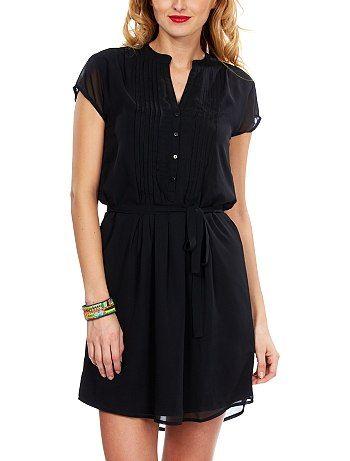 KIABI Robe en voile Femme 20,00€ Robe noire Jolie robe en voile avec ceinture qui souligne la silhouette. - Col tunisien - Plis religieux devant - Manches courtes - Patte bout