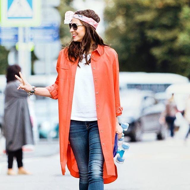 Оранжевый – цвет осени и огня!  @LesSaisonsRusses  представляет новое прочтение «старого» фасона) На очаровательной Галине - платье – рубашка! В  нём  гармонично сплетены универсальность, сексапильность и  даже - высокий стиль) Рубашки прекрасно подходят для повседневных образов.  В межсезонье рубашку хочется носить со свитером точнее – под свитером, оставляя видным воротничок и нижнюю часть рубашки, когда она длинная.  С ней легко сочетать аксессуары, особенно, - шарфы в контраст к цвету…