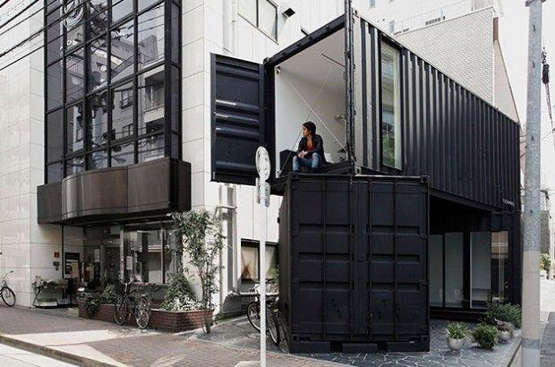 CC4441 par Tomokazu Hayakawa Le mois dernier, au détour d'une ruelle de Torigoe à Tokyo, deux grands conteneurs d'expédition noirs sont apparus, empilés l'un sur l'autre. Ils ont été installés pour servir de nouvelle galerie d'art et de bureaux.