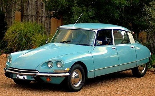Citroën DS version États-Unis. Les DS version États-Unis ont des clignotants ronds sous le pare-choc avant et des répétiteurs de clignotant sur le côté des ailes avants. US legislation also banned one of the car's more advanced features: aerodynamic headlamps. The first year of aerodynamic glass enclosing the headlights, along with driving lights turned by the steering, was also the first year those features were outlawed in the US.