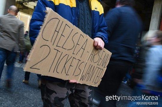 """티켓 가격은 언제까지 치솟을까? ⓒgettyimages/멀티비츠""""한 시즌 축구를 보기 위해 300만원이 넘는 돈을 지불할 의향이 있으십니까?""""영국의 BBC가 지난 10월..."""