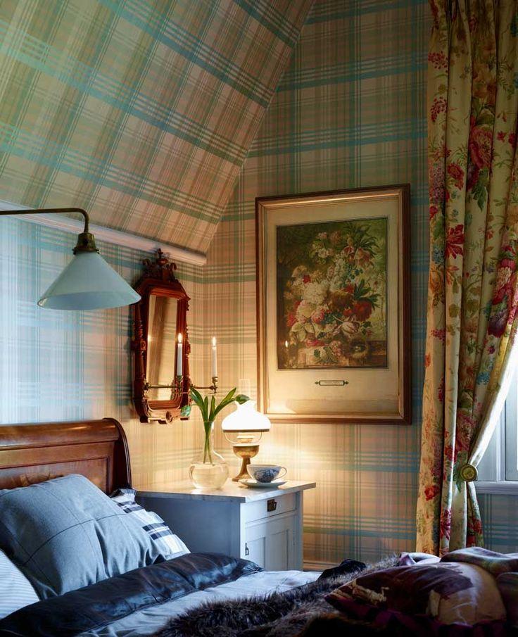 Sovrummet med rutig tapet från Mulberry home och blommig gardin, Colefax & Fowler. Säng från Gran...