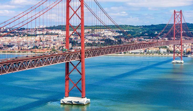 De imposante blikvanger van de stad is de brug: Lissabon´s Ponte 25 de Abril. Lees hier waarom je deze brug tijdens je stedentrip zeker gezien moet hebben.