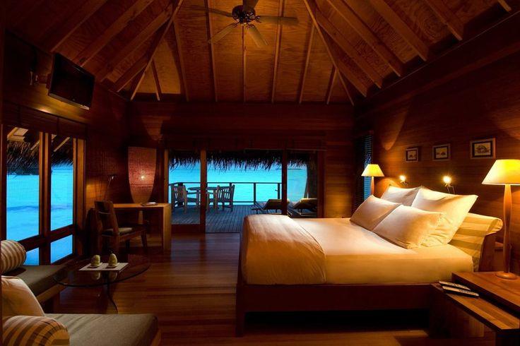 Μπανγκαλόου, κρεβάτι, μαξιλάρια, λαμπτήρες, θάλασσα, διακοπές διανυσματικό