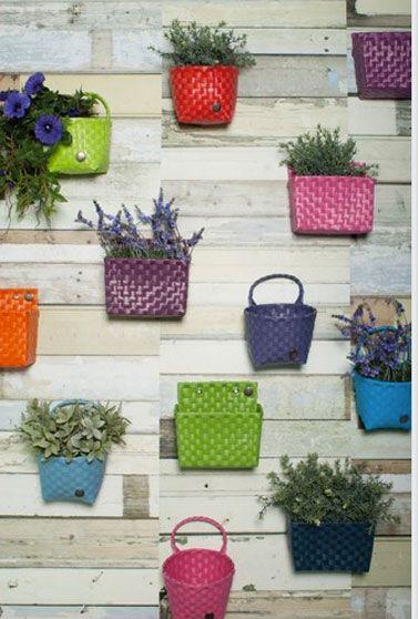mur vegetal sur balcon avec paniers de couleur