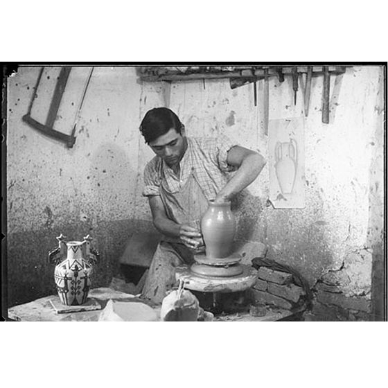Guido Costa (Sassari 1871 - Cagliari 1951): Assemini, Il figulo Vincenzo Farci (1905 - 1989) al tornio nel laboratorio di ceramica di Federico Melis