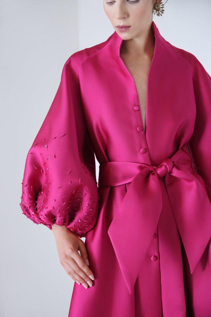 ANNA KARENINA Magentafarbenes Hemdblusenkleid aus Seidensatin mit …   – COUTURE AUTUMN WINTER 2018/2019   NIKOLAI