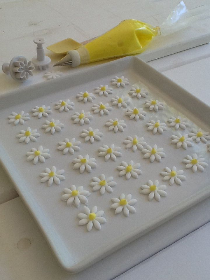 Decorative daisies for cakes and cup cakes make out of fondant http://www.instyle.gr/recipe/diakosmitikes-margarites/