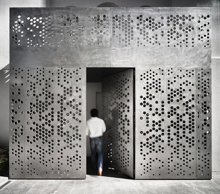 Palacete @ Madrid, Spagna - 2013 - The hexagons vary in size and are cut into the surface, sometimes perforating the material completely and communicating visually and acoustically with the other side. The result is a reinterpretation of traditional Arabic architecture using new technologies and modern materials.