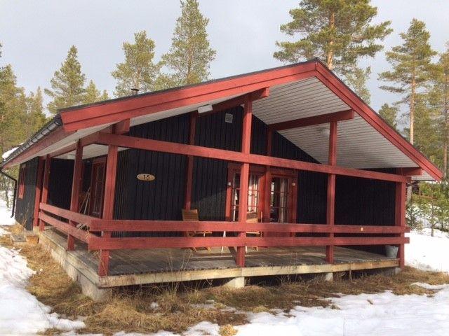 Stuga för uthyrning i Lofsens fjällby, stugan har ett drömläge för familjen som vill ha nära till det mesta. Hyr den hos oss på https://sverigestugor.eu
