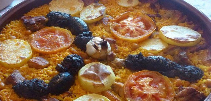 Formas de preparar arroz hay muchas, pero la que os presentamos hoy viene de tierras valencianas, una receta que tradicionalmente se preparaba con las sobras del cocido.