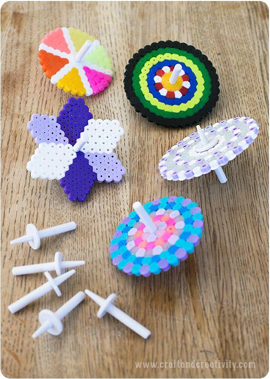 Med små fiffiga plastpinnar, s k gyropinnar, kan du göra världens roligaste snurror av vanliga rörpärlor/strykpärlor/nabbipärlor (kärt barn har många namn). Låt barnen experimentera med olika färger o