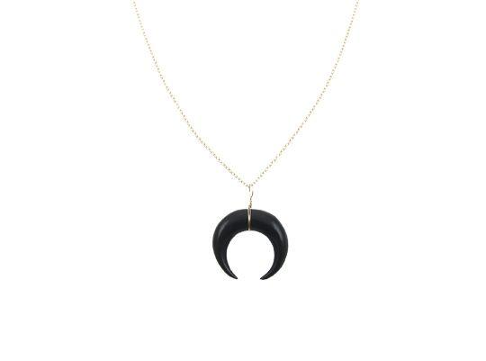 Deze mooie New Moon ketting goud uit ons atelier is met veel liefde voor je gemaakt van een uit buffel hoorn gegraveerd maan symbool wat met 14 karaat goldfilled goud is bewerkt. De mooie Maan hanger hangt aan een fijne 14 karaat goud gevulde ketting van 60 cm. Prachtig en elegant op zichzelf en leuk …