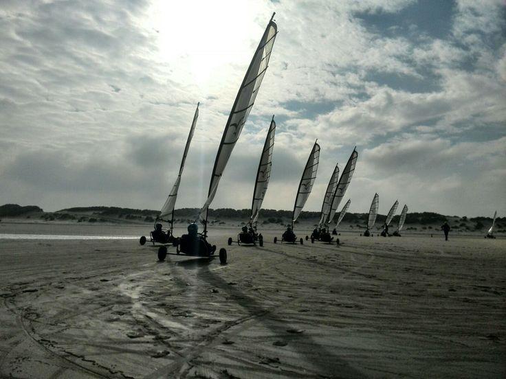 Blokarten met oerhollandse luchten op de achtergrond op het strand van Terschelling