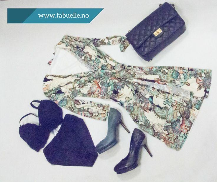 Lekker kjole fra Luna med tilbehør i mørkeblått. Info og priser på Facebook/Fabuelle.