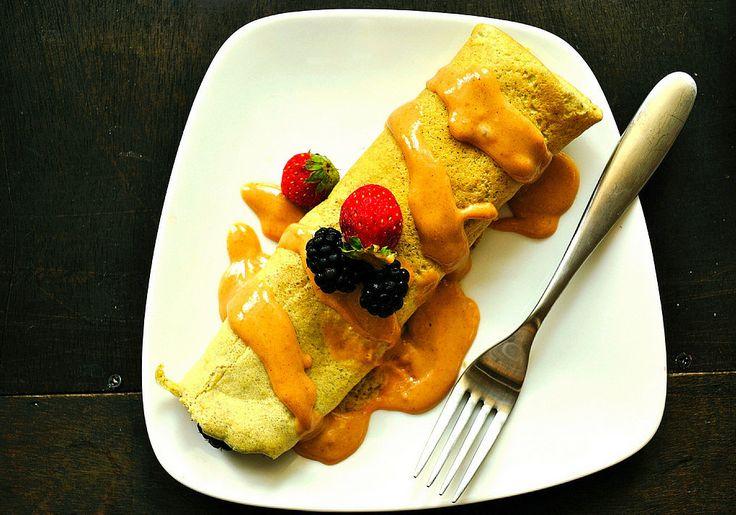 Een lekker koolhydraatarm hoofdgerecht, glutenvrije eiwit pannenkoeken.  Ingrediënten  28 gr kokosmeel 2 el lijnzaad, fijngemalen 2 eieren 3 eiwitten 65 ml ongezoete amandelmelk 1/2 tl baksoda