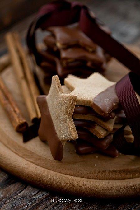 Kruche cynamonowe gwiazdki w mlecznej czekoladzie