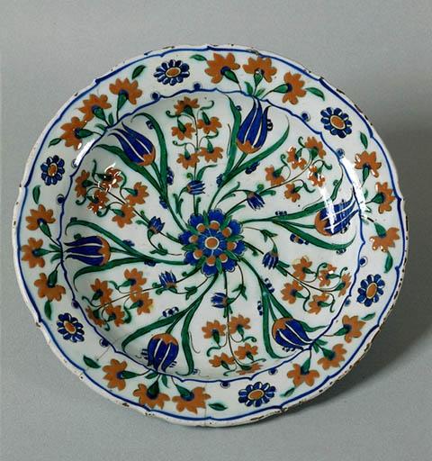 Dish with whirligig bouquet C. 1575 Iznik, Turkey Fritware, painted underglaze slip decoration, transparent glaze