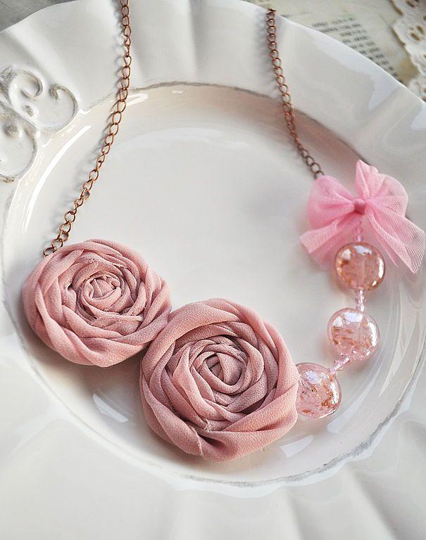 """Купить Текстильное колье """"Хрустальный розовый"""" - кремовый, розы, муранское стекло, текстильные бусы"""