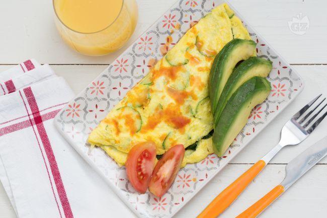 Una morbida omelette farcita con verdure di stagione, una ricca colazione o un pranzo gustoso: Cristina Bowerman l'ha preparata per Giallozafferano!