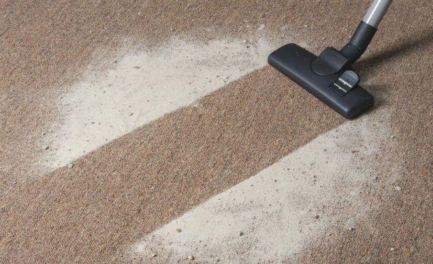 LIMPAR O TAPETE - Lavagem a seco em casa: misture, em proporções iguais, bicarbonato de sódio e amido de milho, que irão sugar a sujeira das fibras do tapete. Para deixar um aroma mais marcante, você pode acrescentar folhas secas de canela, lavanda ou cravo. Aplique a mistura sobre o tapete inteiro e deixe agir por 30 minutos. Depois, é só limpar com um aspirador de pó.