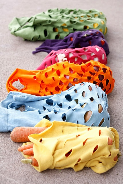 Easy Knit Produce Bag - use old t-shirts, cut bag into shape you want, sew together, cut slits & handles = finished. Easy and double green project (re-purposing the t-shirt, not cusing plastic bags at the grocery store for some produce items). Could be good for the Farmers Market