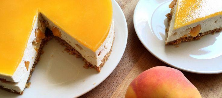 Suben los termómetros y dejamos el uso del horno para septiembre. Hasta entonces, nada mejor para pecar que una tarta de queso fresca, con fruta de temporada y cero sudores.